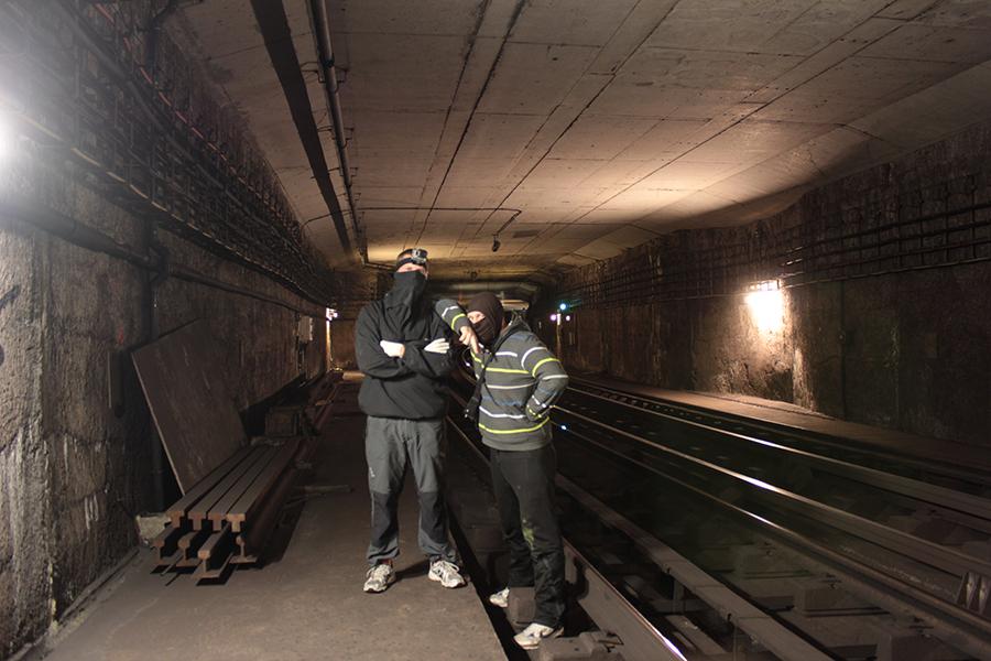 paris subway graffiti tunnel pose