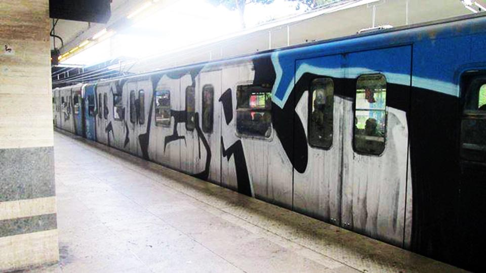 graffiti subway wholecar traffic rome italy aper