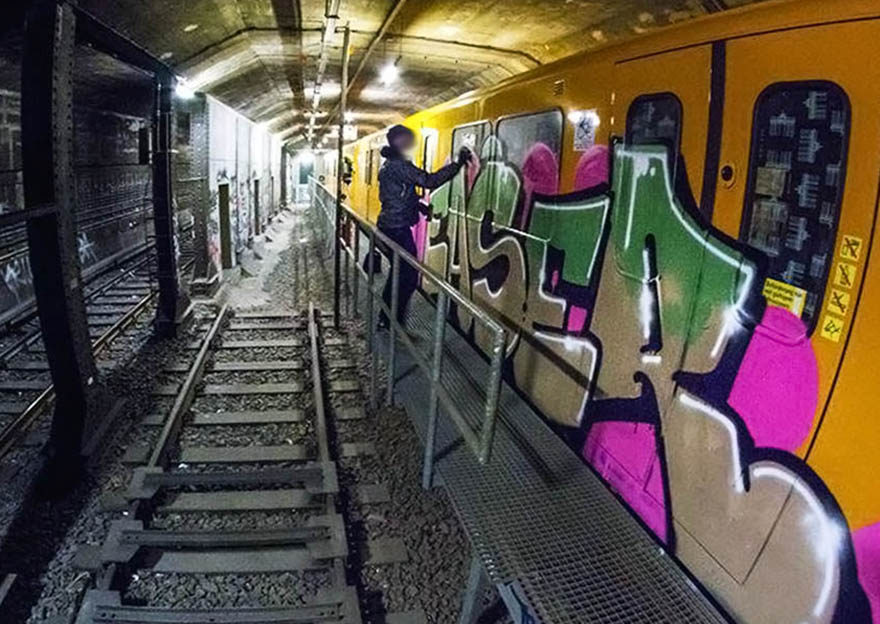 graffiti subway train easer berlin germany action